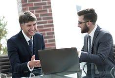 2 бизнесмена работая на компьтер-книжке в офисе Стоковое Фото