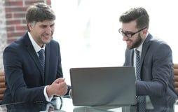 2 бизнесмена работая на компьтер-книжке в офисе Стоковая Фотография RF