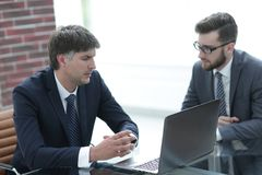 2 бизнесмена работая на компьтер-книжке в офисе Стоковые Изображения
