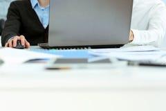 2 бизнесмена работая на компьтер-книжке Стоковое Изображение RF