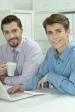 2 бизнесмена работая на компьтер-книжке Стоковые Изображения