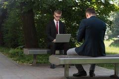 2 бизнесмена работая на компьютере Стоковое Изображение RF