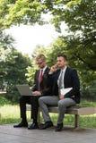 2 бизнесмена работая на компьютере Стоковые Фотографии RF