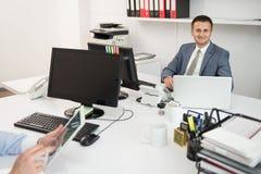 2 бизнесмена работая на компьютере Стоковое Фото