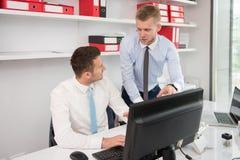 2 бизнесмена работая на компьютере Стоковые Изображения RF
