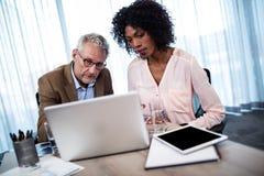 2 бизнесмена работая на компьютере Стоковая Фотография