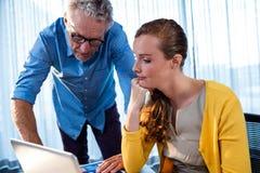 2 бизнесмена работая на компьютере Стоковые Изображения
