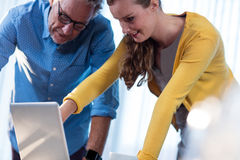 2 бизнесмена работая на компьютере Стоковое фото RF