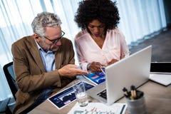 2 бизнесмена работая на компьютере Стоковые Фото