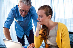 2 бизнесмена работая на компьютере Стоковая Фотография RF