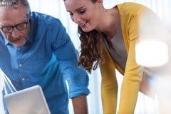 2 бизнесмена работая на компьютере Стоковое Изображение