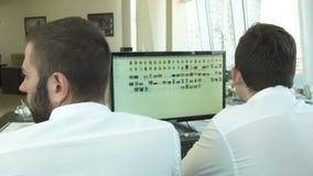 2 бизнесмена работая на компьютере видеоматериал