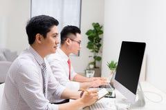 2 бизнесмена работая на ПК в офисе Стоковые Фото