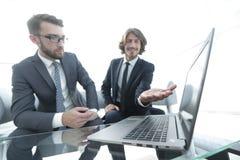 2 бизнесмена работая на проекте совместно Стоковое Фото