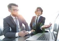 2 бизнесмена работая на проекте совместно Стоковое Изображение RF
