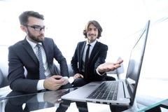 2 бизнесмена работая на проекте совместно Стоковое Изображение