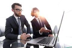 2 бизнесмена работая на проекте совместно Стоковые Изображения RF