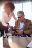 2 бизнесмена работая на планшете Стоковые Фотографии RF