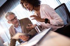 2 бизнесмена работая на планшете Стоковое Изображение RF