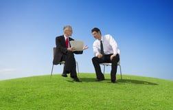 2 бизнесмена работая снаружи Стоковые Изображения RF