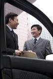 2 бизнесмена работая снаружи Стоковые Фотографии RF