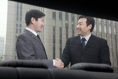 2 бизнесмена работая снаружи Стоковые Фото