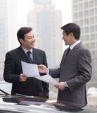 2 бизнесмена работая снаружи Стоковые Изображения