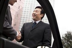 2 бизнесмена работая снаружи Стоковое фото RF