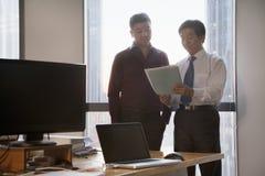 2 бизнесмена работая совместно в офисе Стоковые Фото