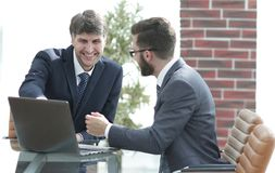 2 бизнесмена работая совместно используя компьтер-книжку на деловой встрече в офисе Стоковые Фото