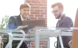 2 бизнесмена работая совместно используя компьтер-книжку на meetin дела Стоковая Фотография