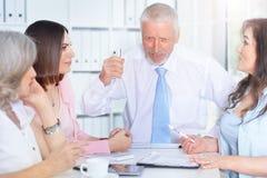 4 бизнесмена работая совместно Стоковое Фото