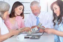 4 бизнесмена работая совместно Стоковая Фотография RF