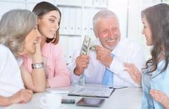 4 бизнесмена работая совместно Стоковое фото RF