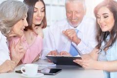 4 бизнесмена работая совместно Стоковые Изображения RF