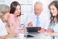 4 бизнесмена работая совместно Стоковое Изображение