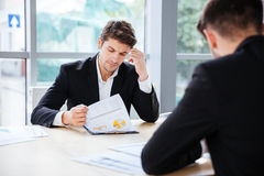 2 бизнесмена работая с бизнес-планом в офисе Стоковое Изображение RF