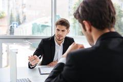 2 бизнесмена работая с компьтер-книжкой в офисе Стоковое фото RF