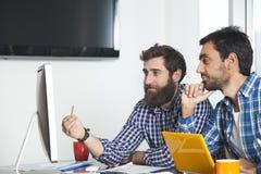 2 бизнесмена работая с компьютером Стоковое Изображение