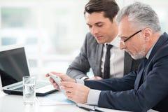 2 бизнесмена работая с планшетом Стоковые Изображения RF