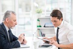 2 бизнесмена работая с планшетом Стоковые Изображения