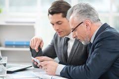 2 бизнесмена работая с планшетом Стоковая Фотография RF
