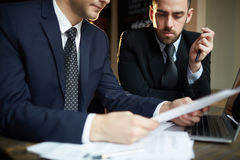 2 бизнесмена рассматривая документы Стоковая Фотография RF