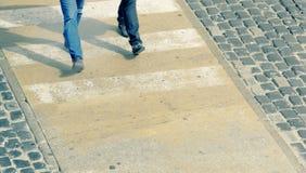 2 бизнесмена сверху идя на crosswalk пустой космос экземпляра стоковая фотография