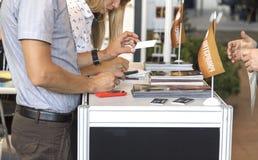 2 бизнесмена связывают на выставке Стоковое Изображение