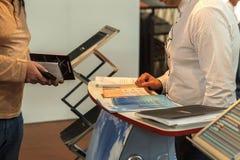 2 бизнесмена связывают на выставке Стоковые Фото