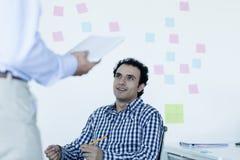 2 бизнесмена сидя и говоря в офисе Стоковое фото RF