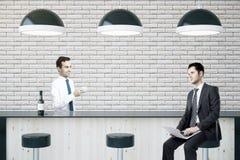 2 бизнесмена сидя на баре Стоковые Фото