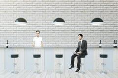 2 бизнесмена сидя на баре Стоковое фото RF