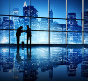 2 бизнесмена скрепляя в офисном здании Стоковые Фото